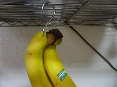バナナをS字フックにぶら下げています