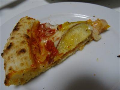 森山ピザ、箱の中身、塩麹の加賀野菜ピザ、1/8切り分け